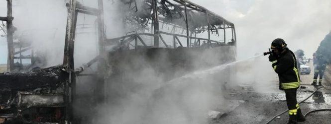 """Manfredonia, a fuoco autobus lungo la SP 60: strada chiusa """"Paura sulla strada per Manfredonia: autobus prende fuoco, conducente fa in tempo a scendere e a mettersi in salvo"""