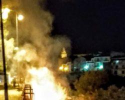 SANNICANDRO GARGANICO:Incendio dietro la villa comunale, interviene l'AVERS
