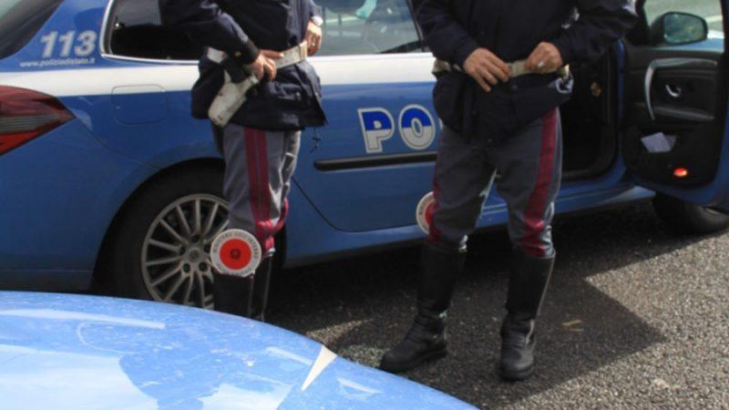 Scoperto dalla Polizia cerca di disfarsi della coca gettandola dall'auto: Arrestato