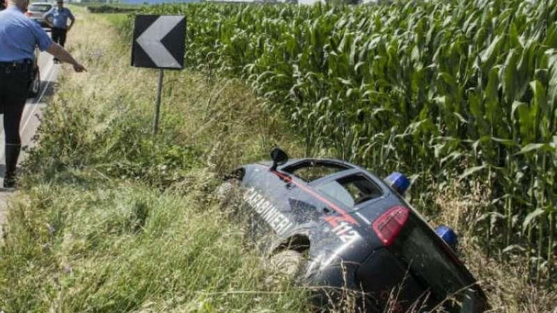 Incidente sulla scorrimento veloce, auto CC fuori strada