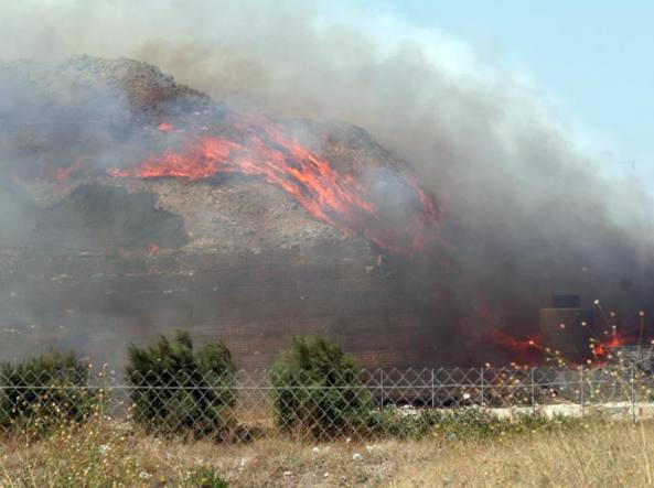 Incendio dei rifiuti ad Apricena, Faro (M5s) invia dossier al ministro